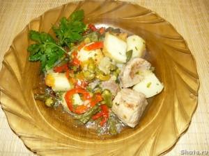 Гювеч или свинина тушеная с картофелем и овощами