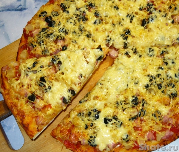 Пицца по-гавайски с ананасами и ветчиной