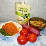 Острый салат с морковью, колбасой и сухариками