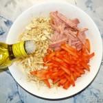 Салат из пекинской капусты с помидором и колбасой