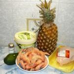 Салат с креветками, курицей и авокадо в ананасе