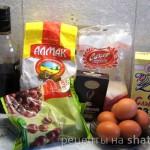 Шоколадный рулет с вишней и взбитыми сливками