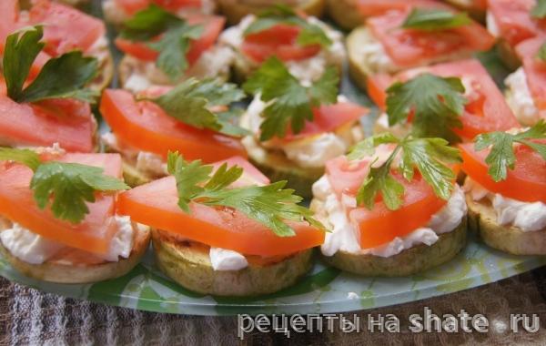 Закусочные бутерброды со сливочным сыром и помидорами изоражения