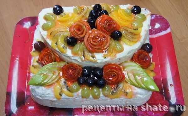 Бисквитный двухярусный торт с фруктами
