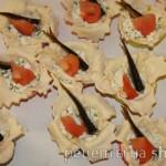 Закуска в слоеном тесте с творожно-сырной начинкой и шпротами