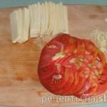 Сыр и помидоры нарезать тонкими пластиками