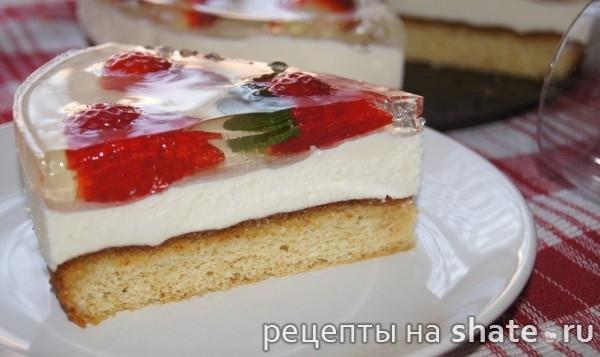 Бисквитный торт со сливочным кремом из маскарпоне, клубникой и желе из шампанского
