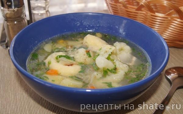 Куриный суп с овощами и клёцками