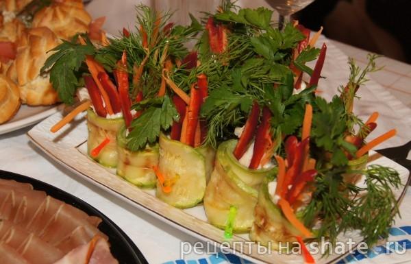 Лёгкая закуска из кабачка с курицей, сливочным сыром и овощами